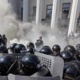 Убит и 130 ранени пред парламента на Украйна