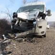 Микробус се заби в трактор (снимки)